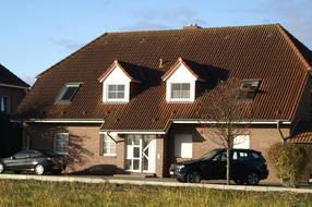 Die Wohnung befindet sich im Erdgeschoss links