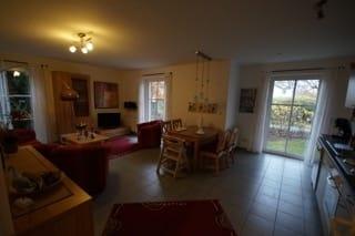 Blick von der Küchenzeile in den Wohn- und Essbereich
