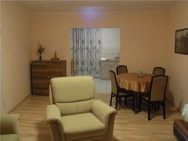 Wohnzimmer mit Blick zur Küche.