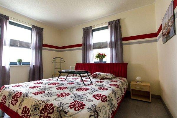 Wohlverdiente Ruhe im Schlafzimmer. Ausgestattet mit einem 1.80 m breiten Doppelbett und großem Kleiderschrank