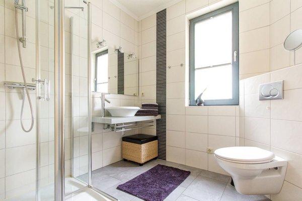 Das Badezimmer mit Waschplatz, großer  Echtglasdusche und WC