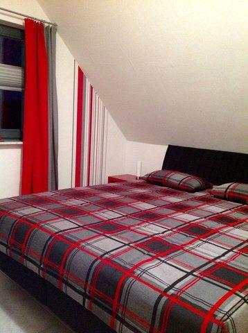 Im Schlafzimmer gibt es ein 1,80 m breites Doppelbett und einen großen Kleiderschrank.