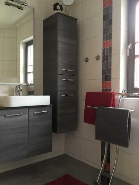 Das Bad mit Tageslicht, Waschplatz, Dusche und WC.