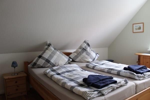 Zimmer mit Doppelbett und Möglichkeit für ein Babybett, zusätzlich mit Fernseher