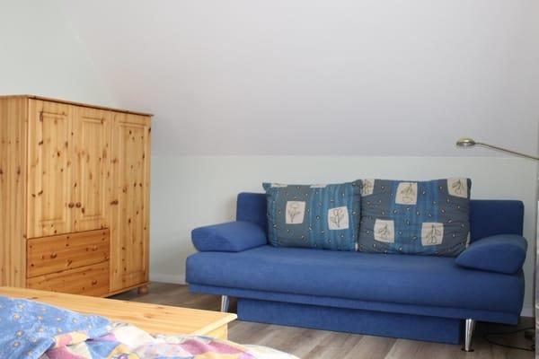 Sofa zusätzlich im Schlafzimmer Babybett kann aufgestellt werden, Zimmer 1