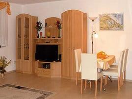Wohnzimmer (Südseite), ca. 5 x 5 Meter , Schrank mit Fernsehgerät und Radioteil mit Vidiowiedergabeteil.