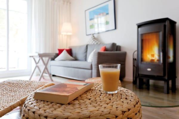 Die gemütliche Couch im Wohnbereich, die sich im Handumdrehen in eine Schlafstätte für einen dritten Gast verwandeln lässt, bietet bequemen Sitzkomfort.