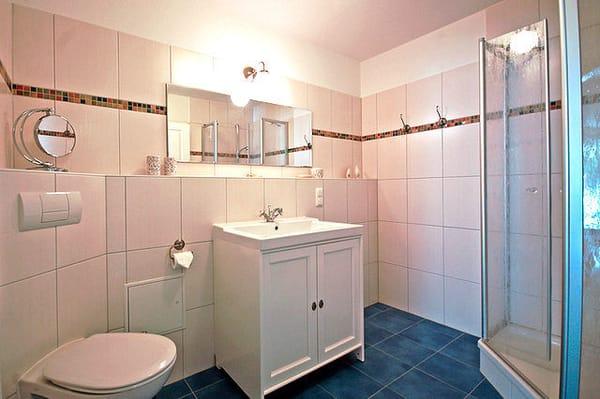 Das Badezimmer verfügt über eine Dusche, WC und einem Haartrockner.  Ein kostenfreier Stellplatz in der Tiefgarage ist selbstverständlich kostenfrei für Ihren Wagen vorgesehen.