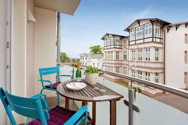 Vom Wohnzimmer erreichen Sie den möblierten Balkon, der Ihnen nicht nur Entspannung verspricht, sondern Ihnen auch den seitlichen Blick auf das Meer gewährt.