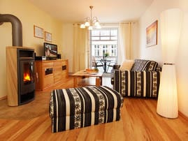 Das modern eingerichtete 2-Zimmer Appartement befindet sich im 1. Obergeschoss. Die Couch im Wohnzimmer, lässt sich im Handumdrehen in ein Schlafsofa umwandeln.