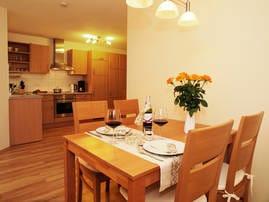 Der offene Wohn-Koch-und Essbereich überzeugt durch seine anmutige Großzügigkeit und sonnige Farbgebung.