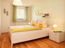 Für die himmlischen Träume erwartet Sie das stilvolle Schlafzimmer mit Doppelbett.  Das Wohn - und Schlafzimmer kann durch ein Sonnenplisee jederzeit abgedunkelt werden.