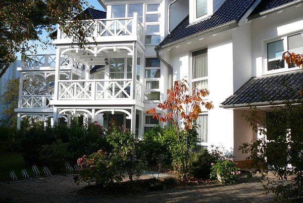 """Der großzügige Eingangsbereich des Haus """"Strelasund"""" mit den Balkonen"""