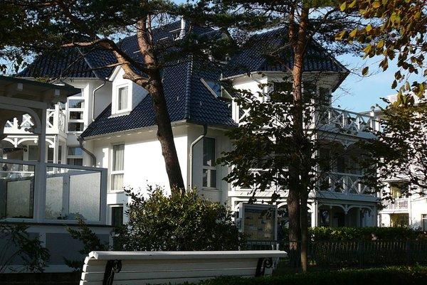 """Haus """"Strelasund"""" von """"unserem"""" Strandabgang durch den Kieferngürtel gesehen."""