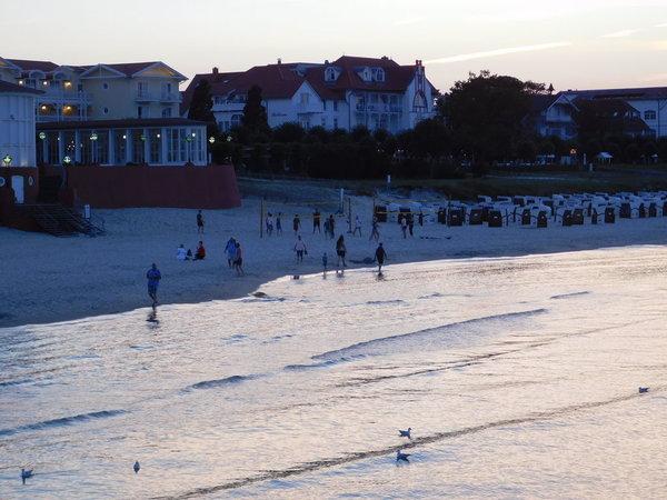 L´heure bleue am Strand: Das leise Plätschern zieht bei den milden Temperaturen alle ans Wasser. Strandbars sorgen für mediterranes Flair.
