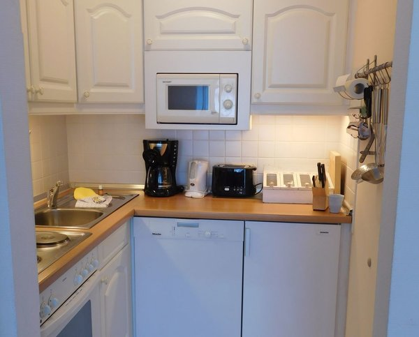 Die kleine Eckküche bietet alles, was das Kochen im Urlaub angenehm macht:  Backofen, Mikrowelle, Kühlschrank, Kaffeemaschine, Pütt un Pann.