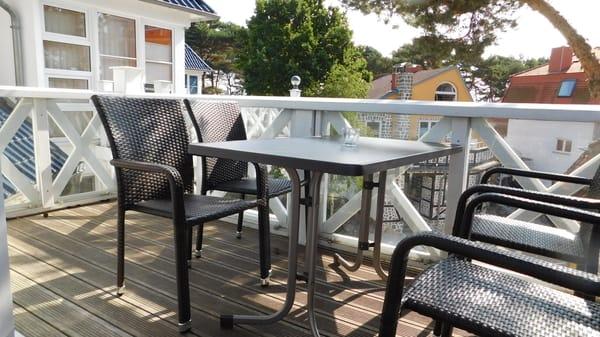 Sonne? Wärme? Balkonfrühstück! Mittags ein Schläfchen im rauschenden Schatten der Kiefer, nachmittags die warmen Sonnenstrahlen genießen - auf unserem Balkon ist all dies möglich - mit Wellenrauschen.