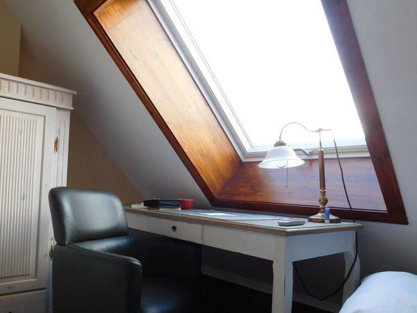 Neu in 2015: Ein stilvoller Schreibtisch nebst Sessel hat Einzug gehalten, das großzügige Dachfenster erlaubt gemütliche Lesestunden auch bei schlechtem Wetter oder im Winter.