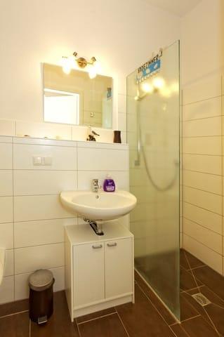 Badezimmer mit bodentiefer Dusche