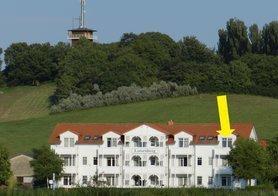 Ansicht Haus Lotsenberg, Ferienwohnung Möwennest (siehe Pfeil). Sie haben einen herrlichen Panoramablick über Bodden und See. Genießen Sie den wunderschönen Sonnenuntergang!
