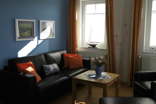 Wohnzimmer mit hochwertiger Lederschlafcouch (Aufbettung für 2 Personen) und Echtholzparkett