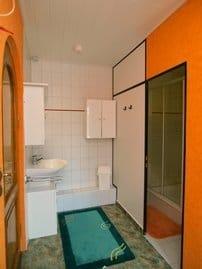 Waschplatz / rechts Dusche u. WC separat