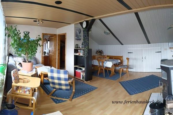 Wohnzimmer mit Essecke und Kaminofen