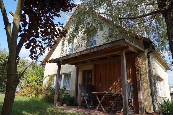 Die Terrasse am Haus mit Platz für 4 Personen.