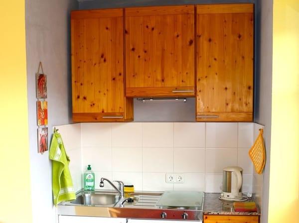 Im Küchenbereich wurden die Schränke aufgearbeitet und erstrahlen in neuem Glanz.