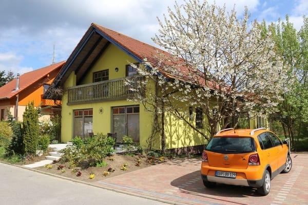 Zwei Auto- und vier Fahrradstellplätze gehören zu den Ferienwohnungen im Haus Gaja.