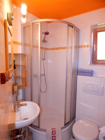 Das Bad mit Dusche und WC (und Tageslicht) ist hell erleuchtet von einer neuen LED-Lampe.