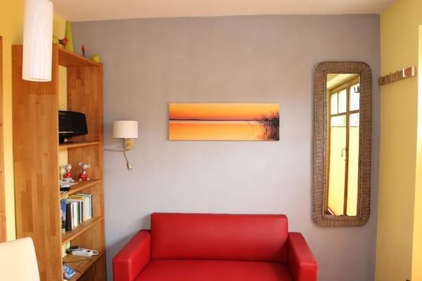 Das rote Sofa ist der Hingucker und saubequem :-).