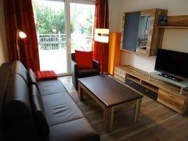 Wohnzimmer mit Wohnwand und Flachbild TV