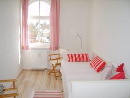 Schlafzimmer mit Einzelbett und Schrank