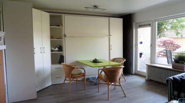 Wohnzimmer Schrankwand (2RaumWunder) Ausfahr-Doppelbett Komfortschaummatraze 1,60 x 2,00 m und integr. Eßtisch unterh. d. Betts autom. einklappend