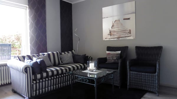 Zweisitz-Couch und Havanna-Komfort Korbsessel