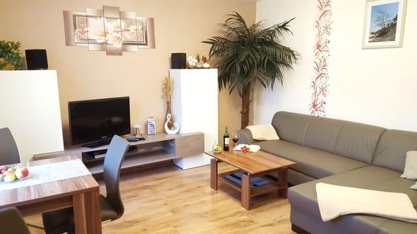 Wohnzimmer mit Essbreich und offener Küchenzeile - FeWo I im Erdgeschoss