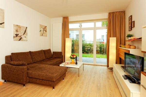 Wohnzimmer und Blick auf Terrasse