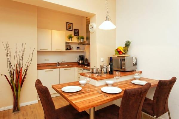 Vollständig eingerichtete Küche, Essbereich