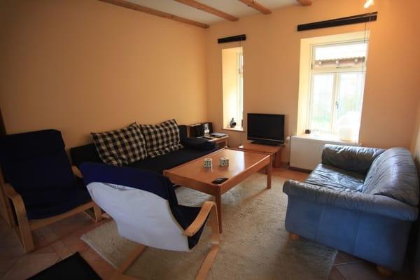 Wohnbereich mit ausklappbarem Schlafsofa, 2-er Ledersofa, 2 Relaxsesseln, Sat-TV und Stereoanlage