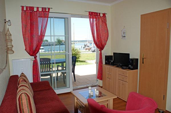 Ferienwohnung Hafenidyll Nr. 40 - Wohnzimmer mit Hafenblick