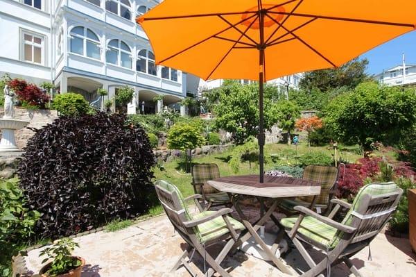 Garten mit Strandkorb und sonniger Terrasse