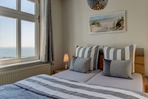 Wohn-Schlafzimmer mit Meerblick