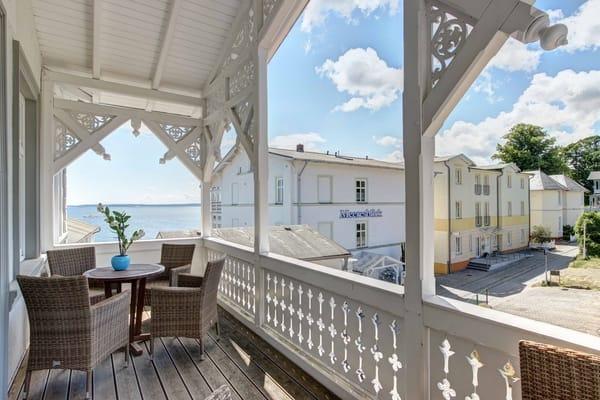 Offener Balkon zur Landseite. Ideal zum sonnigen Kaffeetrinken am Nachmittag. Zugang über Hausflur