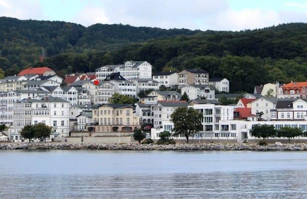 Blick von der Ostsee auf die Altstadt und die Villa Fernsicht. Im Hintergrund der Nationalpark