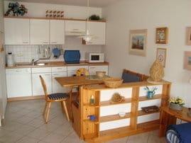 Küchenzeile mit Kühlschrank u. Gefrierteil, GS, Herd, Backofen, Microwelle