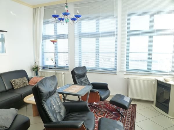 Wohnzimmerfenster mit praktischen, individuell einstellbaren Jalousien