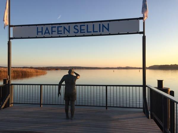 Fischbrötchen und Sonnenuntergang genießen - Hafen von Sellin mit Blick auf den Selliner See