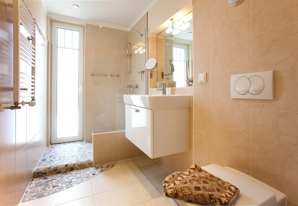 Bad mit Fön, offene Dusche auf Flußkieseln, beheizb.Handtuchhalter, Fußbodenheizung
