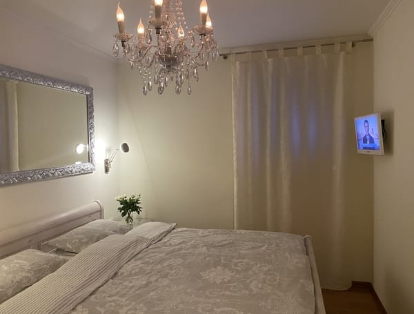 Bett in Komforthöhe mit ausgezeichneten Matratzen, Verdunkelungsrollo, Einbauschrank mit Innenbeleuchtung und viel Stauraum